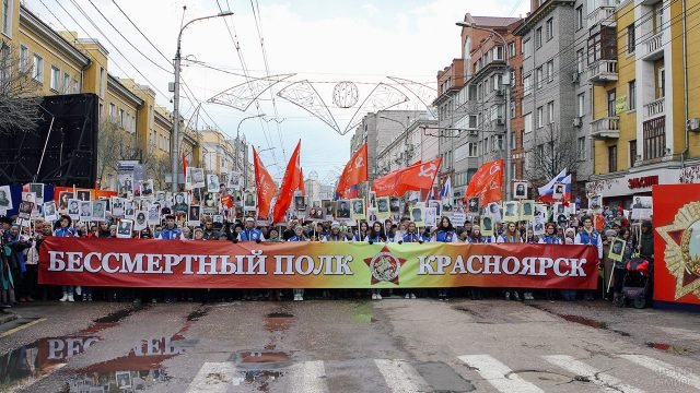 Бессмертный полк на улице Красноярска в День Победы