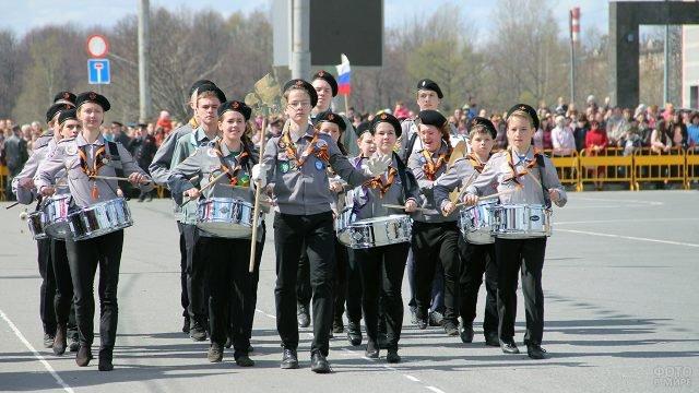 Детский коллектив барабанщиков на параде 9 мая в столице Карелии