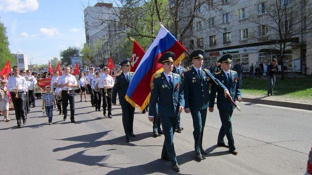 Колонна ДОСААФ на параде 9 мая в пригороде Петербурга
