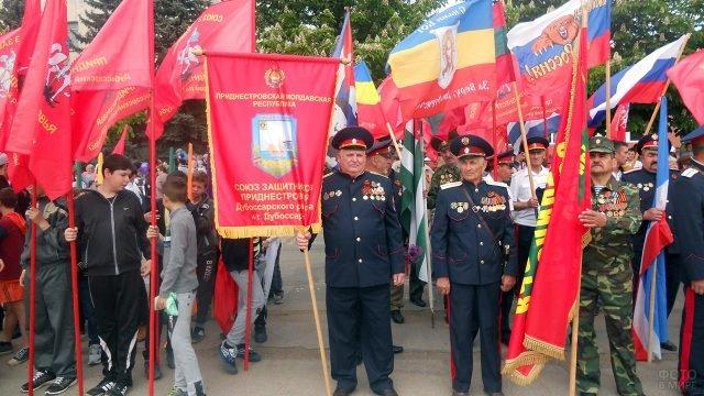 Колонны демонстрантов на Кургане Славы в Дубоссарах 9 мая