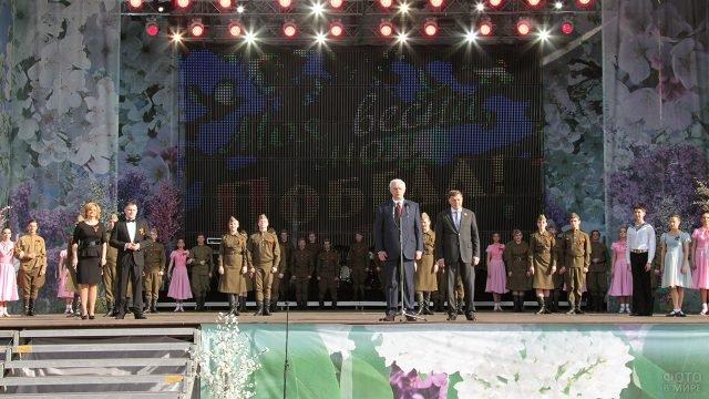 Концерт в честь Дня Победы на улице Петербурга