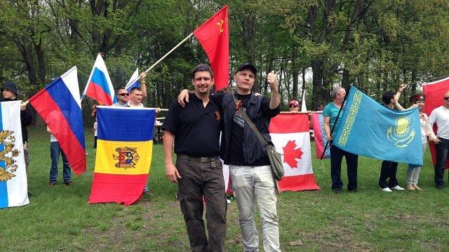 Люди с флагами разных стран празднуют День Победы в Монреале
