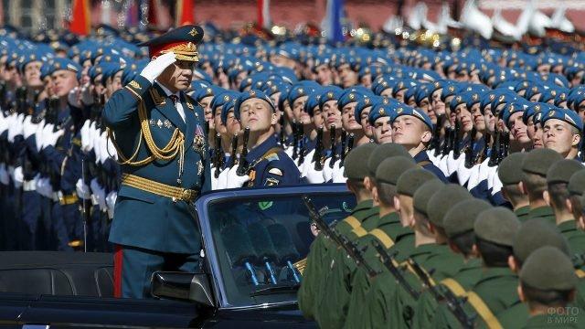 Министр обороны РФ принимает парад Победы на Красной Площади