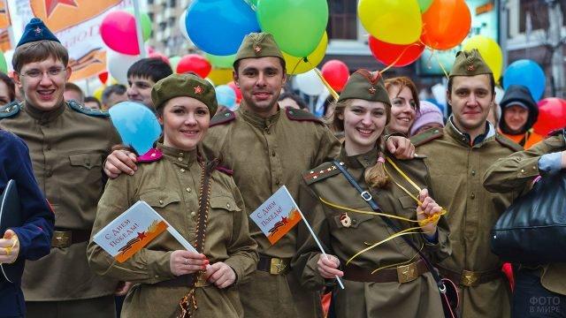 Московские студенты-волонтёры на праздничном шествии в День Победы