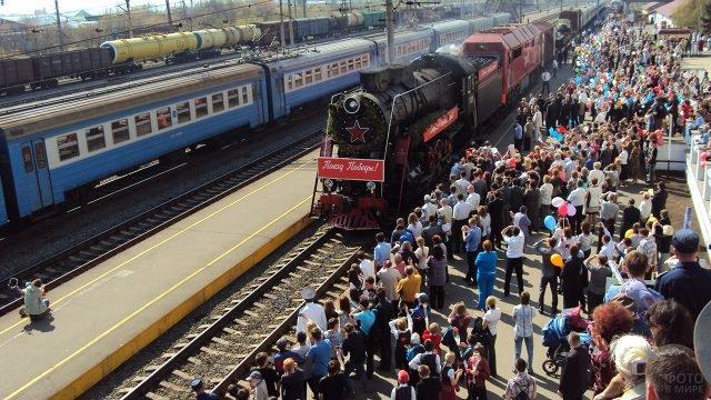 Прибытие ретро-поезда Победа на вокзал в Ижевск 9 мая