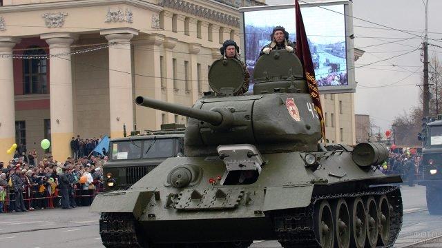 Танк Т-34 на параде Победы в Нижнем Тагиле