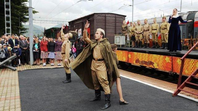 Театрализованное выступление в честь прибытия поезда Победа 9 мая в Ростов