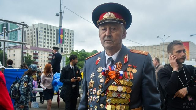 Ветеран ВОВ на праздничной площади 9 мая в Краснодаре