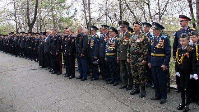 Ветераны, курсанты и действующие офицеры на праздновании Дня Победы во Владивостоке