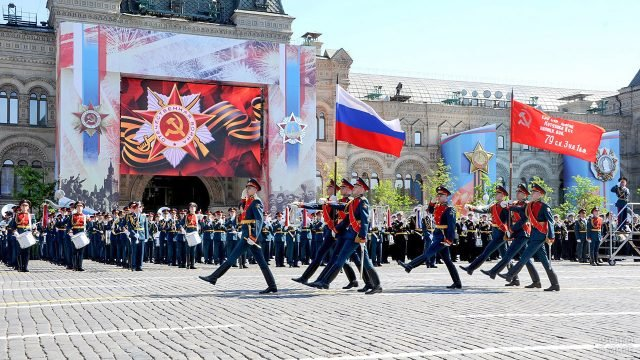 Военный оркестр и почётный караул со знамёнами на Красной площади 9 мая
