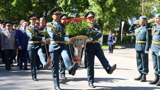 Возложение цветов 9 мая в Казахстане