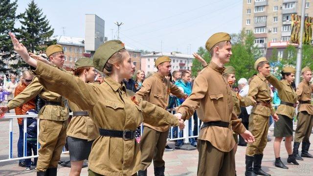 Выступление танцевального коллектива в военной форме времён ВОВ 9 мая в Приморье