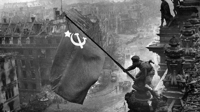 Знаменитое архивное фото - знамя Победы над Рейхстагом