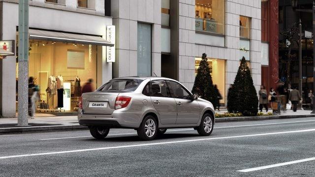 Рекламная фотосессия новой Лады Гранта Седан на фоне вечерних витрин мегаполиса