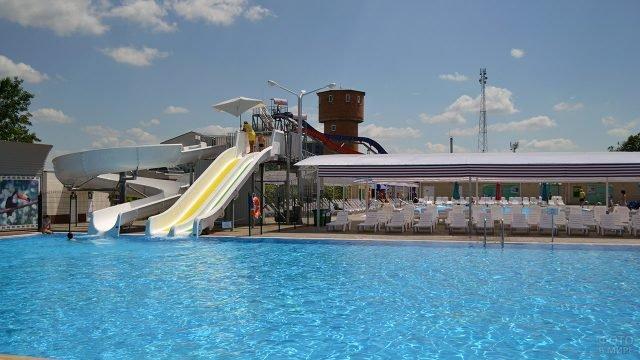 Аквагорка в бассейне под открытым небом на курорте Кубани