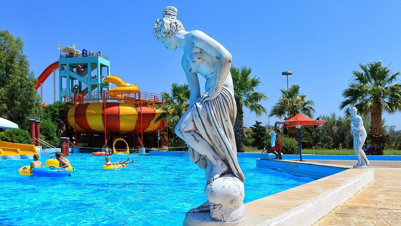 Античные статуи у бассейна греческого аквапарка