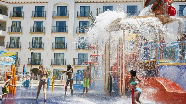 Дети плещутся в фонтане детского аквапарка при отеле
