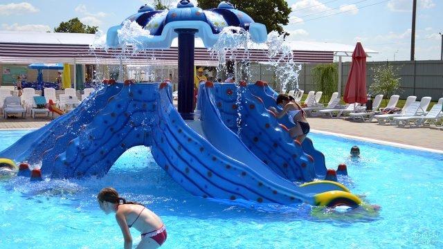 Детская водная горка в бассейне отеля