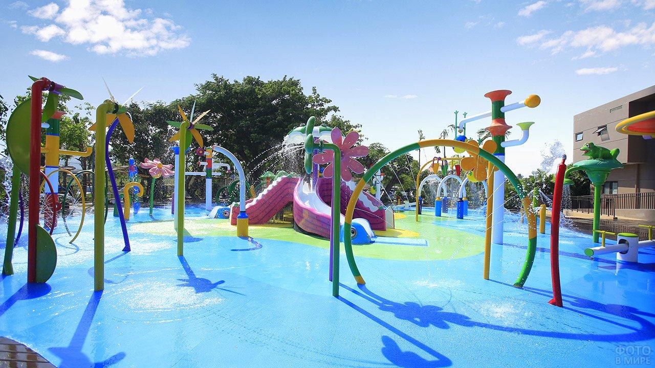 Детские аттракционы в бассейне отеля под открытым небом