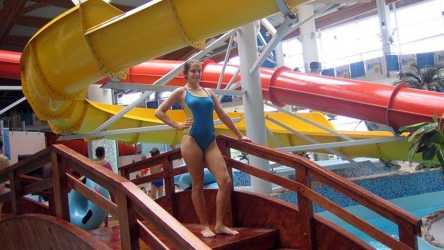 Девушка на лестнице горки в крытом аквапарке Петербурга