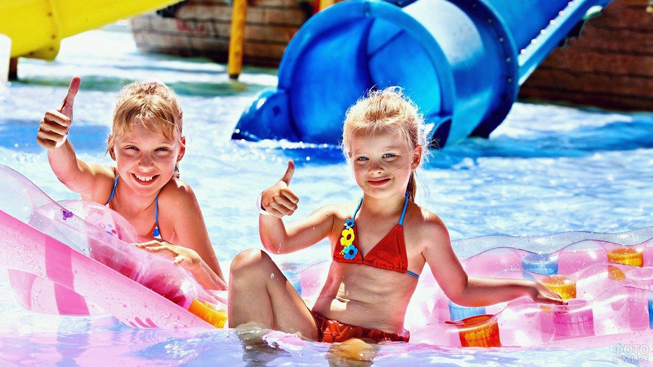 Довольные сестрички в бассейне крытого аквапарка