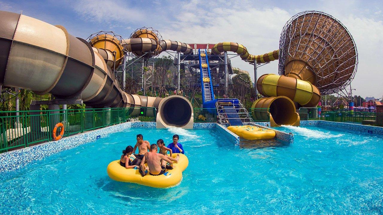 Фантастические горки и люди на круглом плоту в аквапарке города Чунцин в Китае