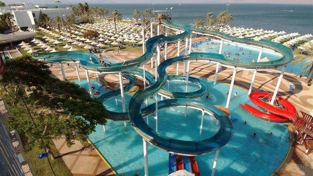 Гламурный аквапарк под открытым небом на пляже курорта в Израиле