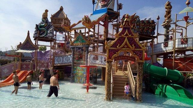 Горки в аутентичном стиле в тайском аквапарке
