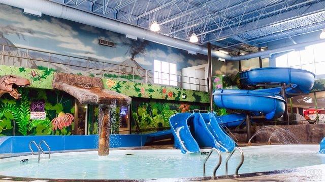 Крытый аквапарк в отеле при аэропорте Винипег в Канаде