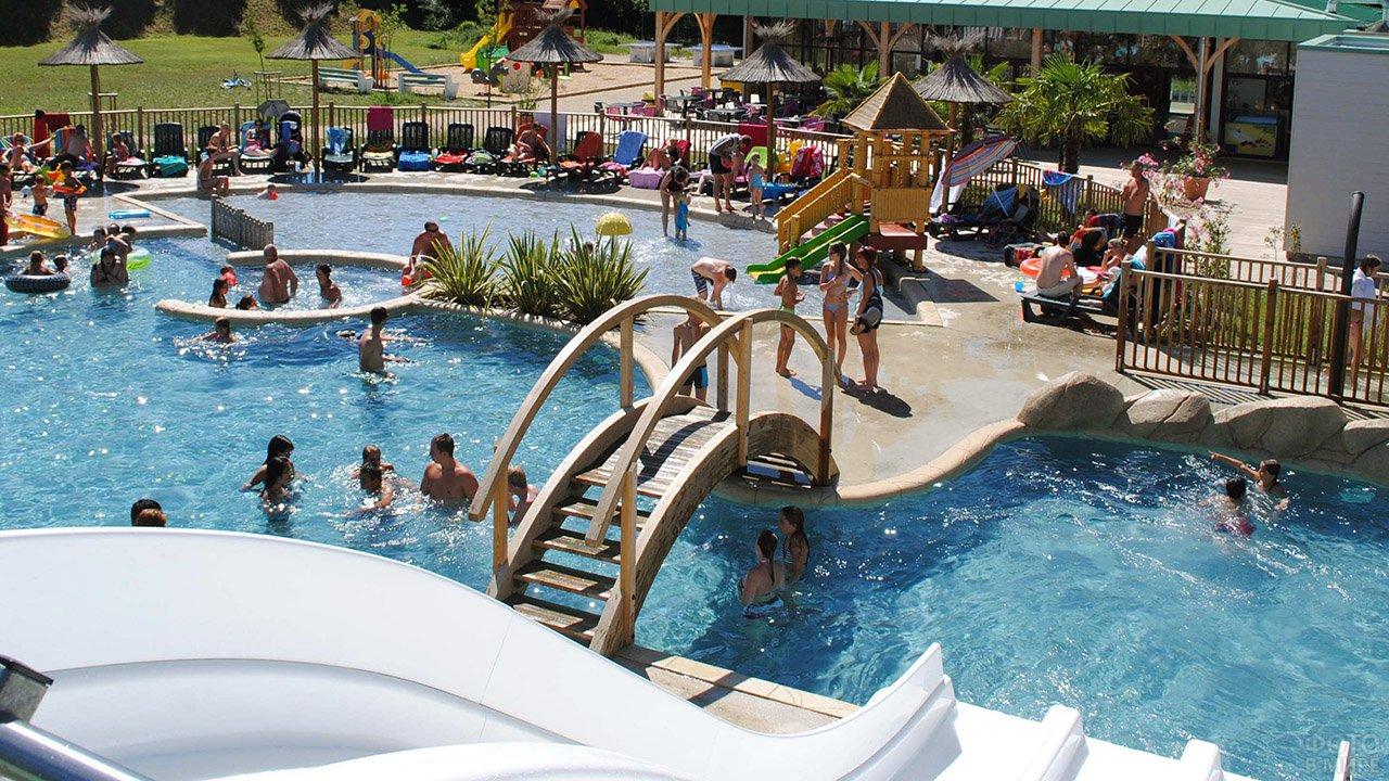 Люди в спа-бассейне аквапарка французского курорта Ля-Рош Позэ