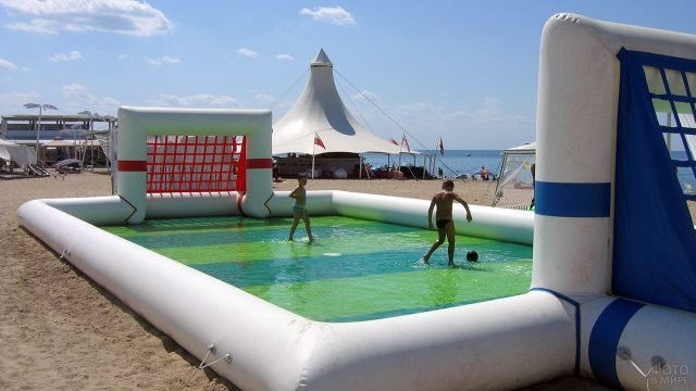 Надувной аттракцион-футбол на морском пляже