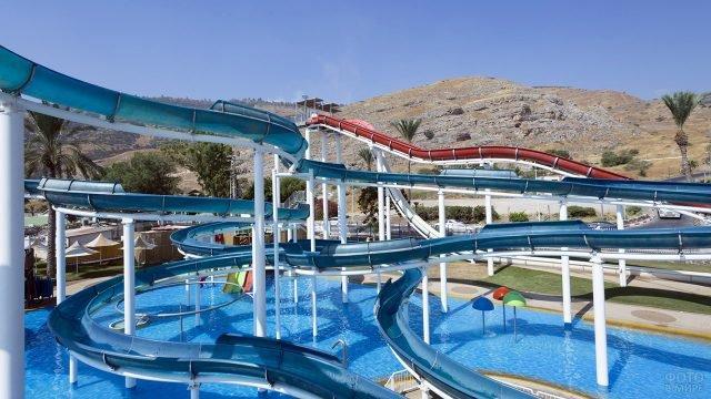 Очень длинные петли горок в израильском аквапарке
