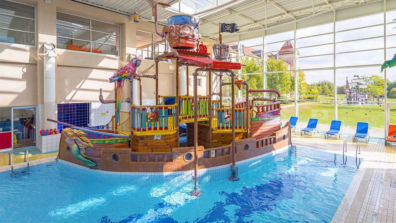 Пиратская детская горка в бассейне отеля при Диснейленде в Париже
