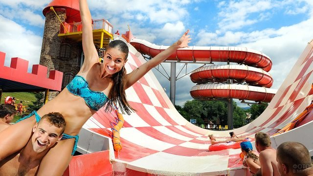 Счастливая парочка на водном аттракционе в словенском аквапарке