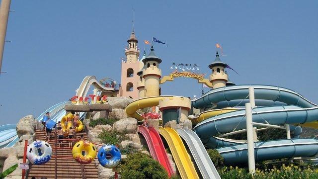Турецкий аквапарк с рыцарскими башнями