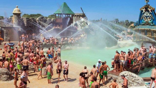 Туристы на водном шоу в аквапраке под открытым небом