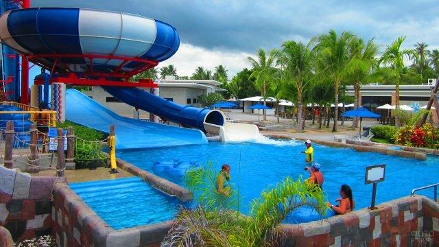 Туристы в бассейне аквапарка на тайском курорте Пхукет