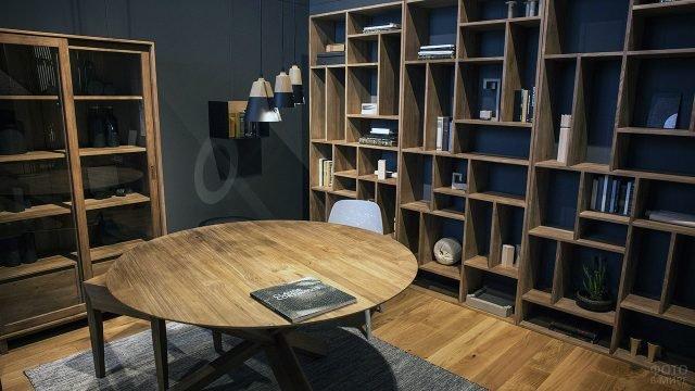 Гостиная с модулем из открытых деревянных книжных полок