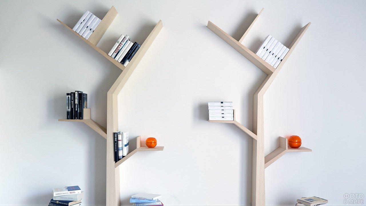 Книжные полки в виде деревьев прикреплённые к стене