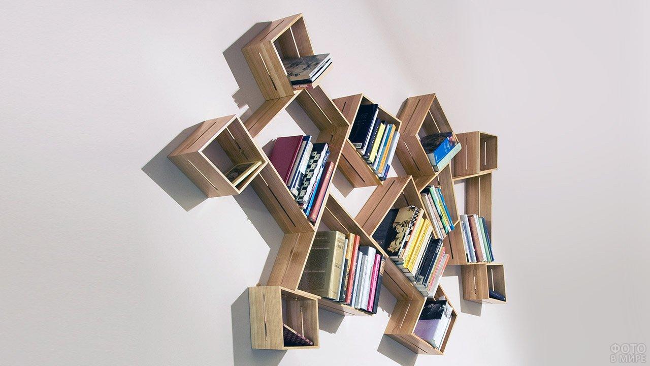 Необычная деревянная книжная полка с множеством полигональных секций