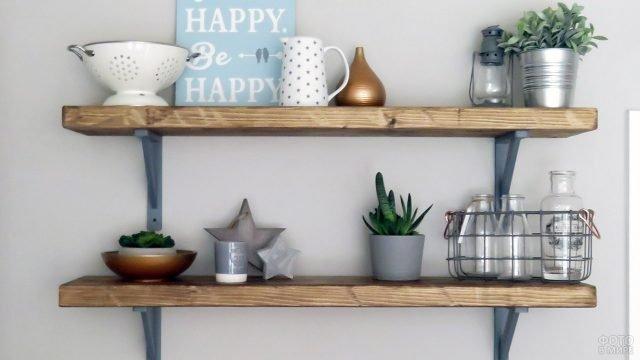 Открытые деревянные полки с кухонной утварью