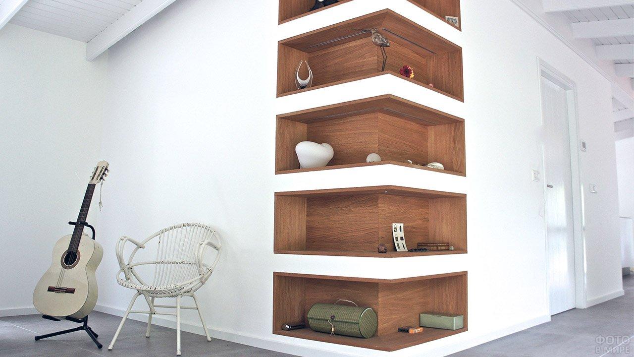 Угловые деревянные полки в современном белом интерьере