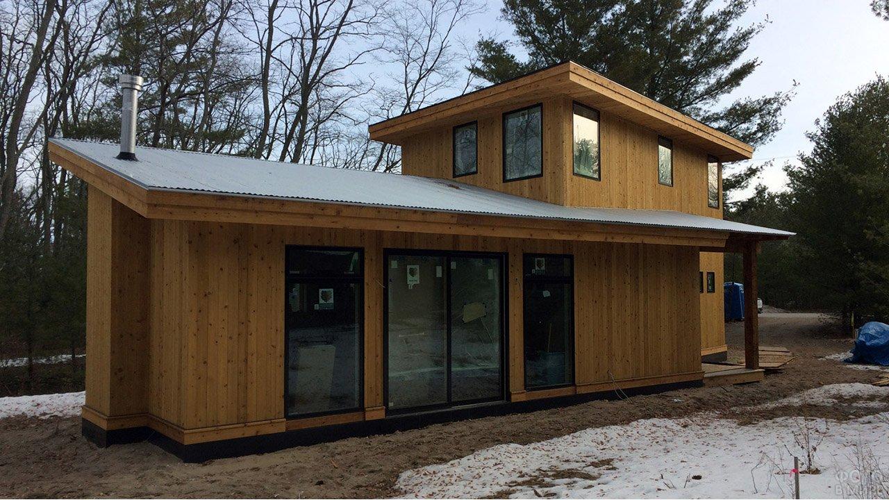 Деревянный фиснкий домик с односкатной крышей