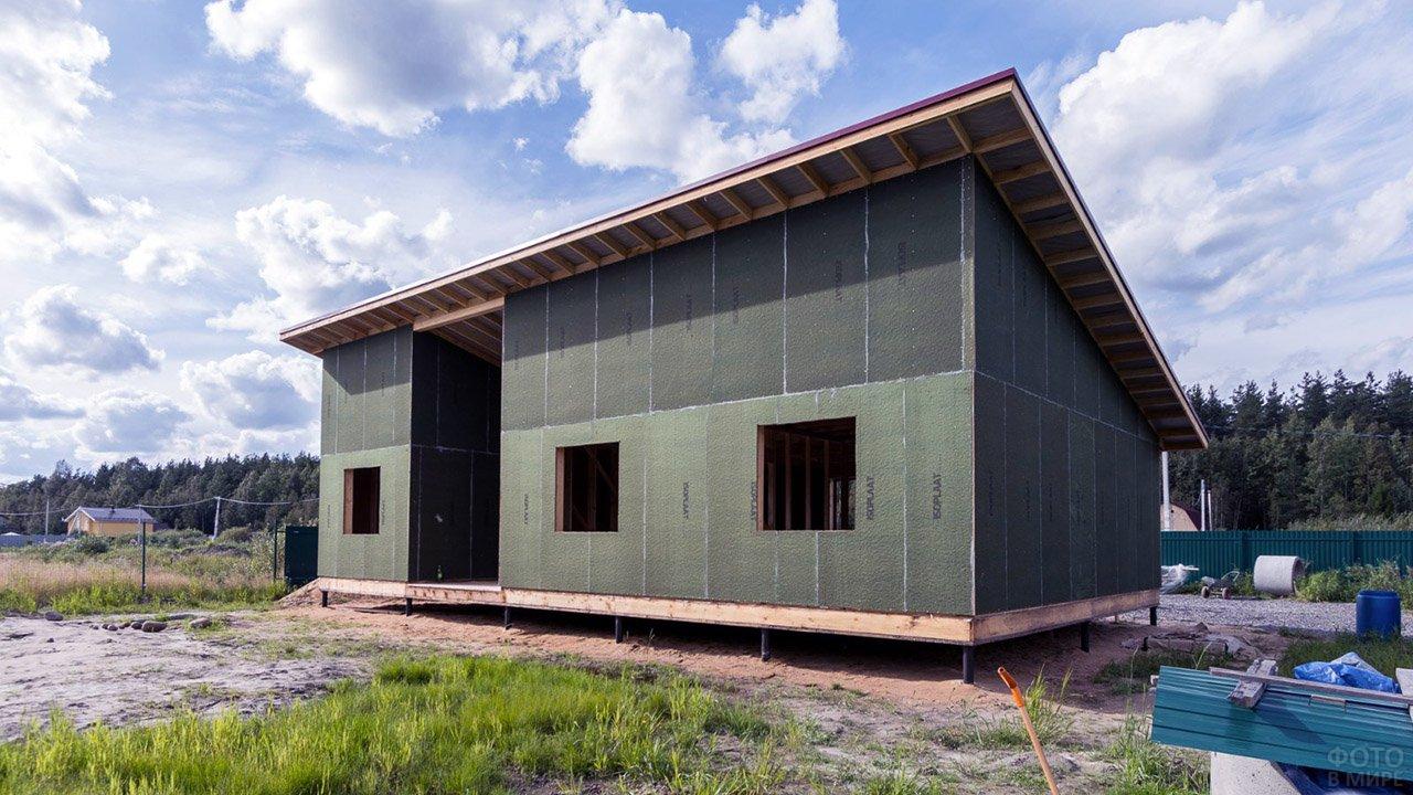 Каркас загородного двухэтажного дома под односкатной крышей