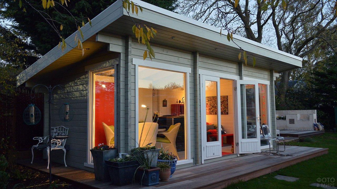 Крошечный садовый домик с односкатной крышей и французскими окнами
