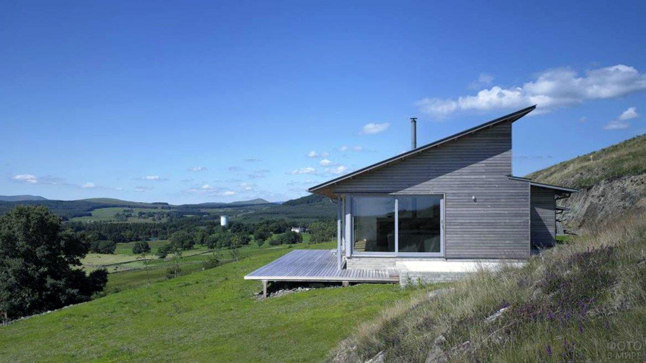 Одноэтажный эко-дом под односкатной крышей в горах Шотландии