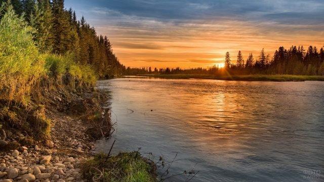 Галечный берег реки и закат