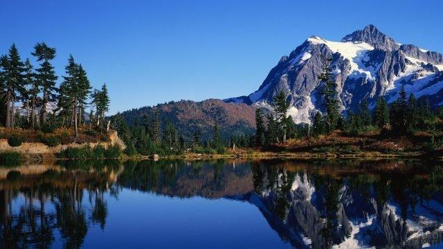 Гора отражается в водной глади озера