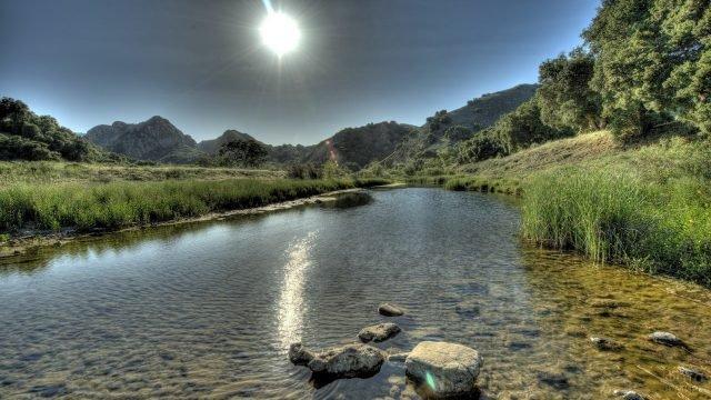 Каменистое дно мелкой реки