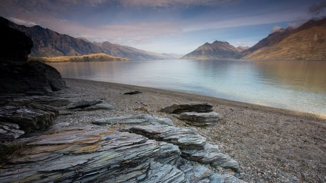 Камни галечник на берегу большой реки
